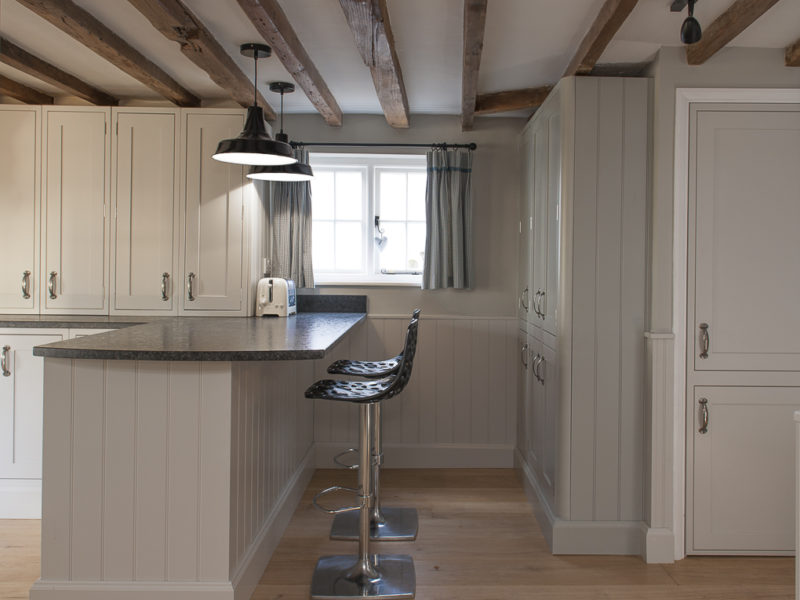 cottage kitchen with beams and pendant lamps